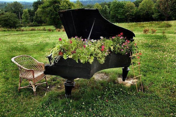 Старенький рояль отлично послужит вам в качестве клумбы.