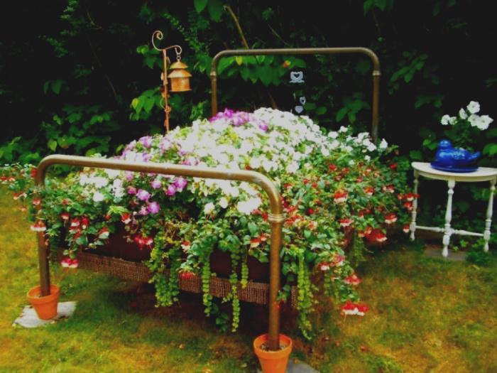 Цветочная клумба из старой кровати.
