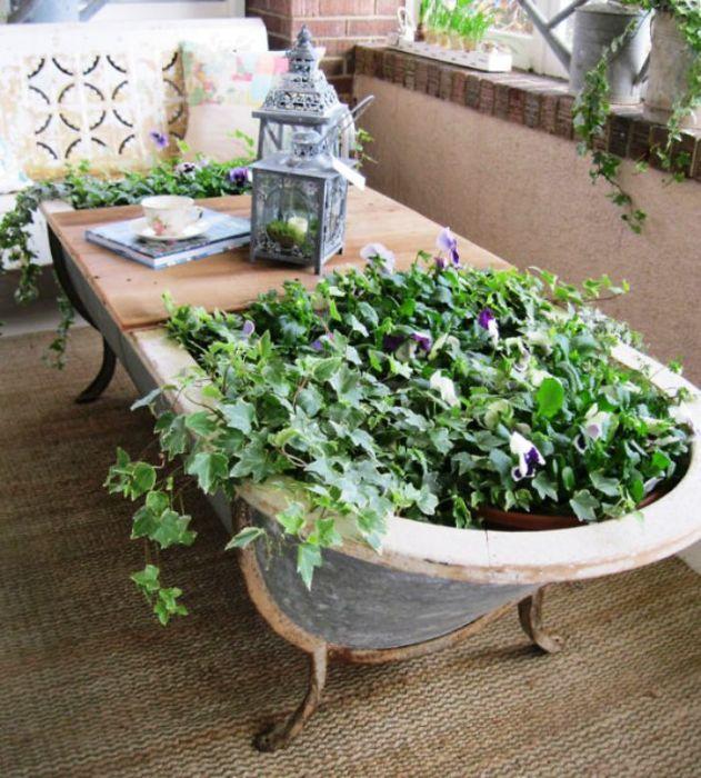 Не спешите выбрасывать старую ванную. Она может пригодиться для создания клумбы.