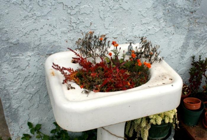 Не спешите выбрасывать старый рукомойник. Он ещё долгое время послужит вам в качестве цветочной клумбы.