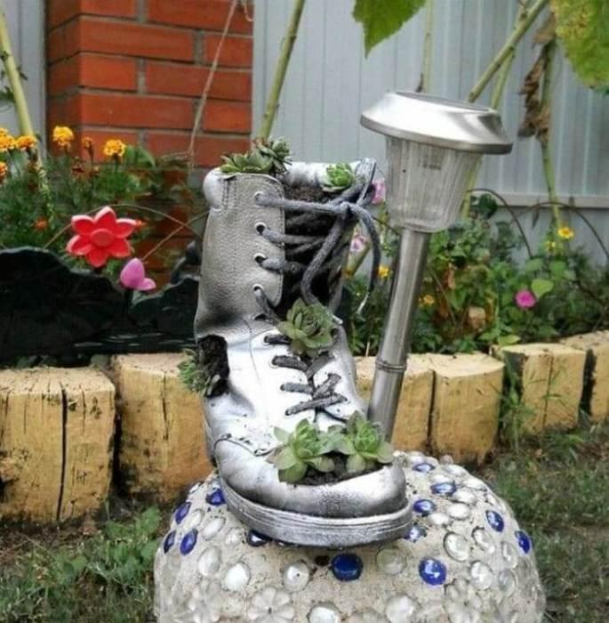 Украсьте старый ботинок любыми любимыми цветами и растениями.