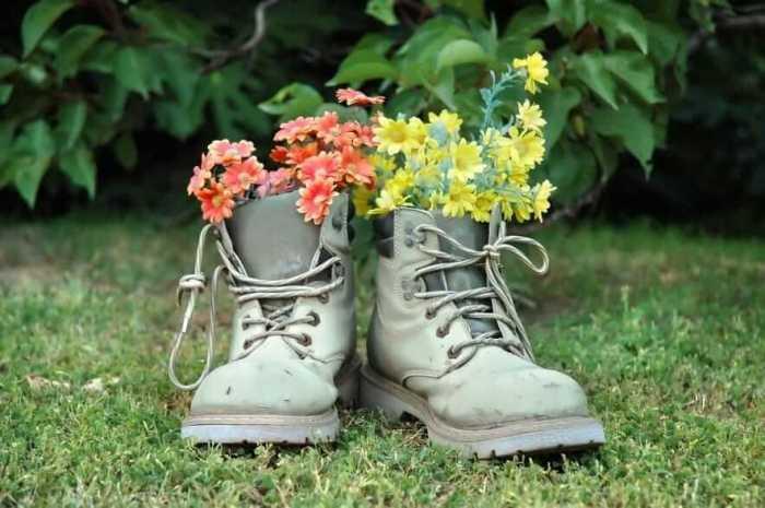 Прекрасное сочетание жёлтых и красных цветов высаженных в старые кожаные ботинки.