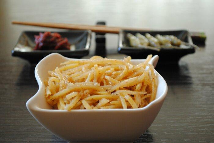Корейский салат из картофеля. \ Фото: pinterest.ru.