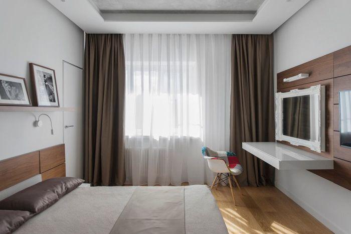 Современная спальня с плотными тёмными шторами из тафты и белым полупрозрачным тюлем.