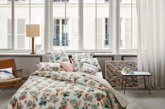 Светлые хлопковые шторы в уютной светлой спальне.