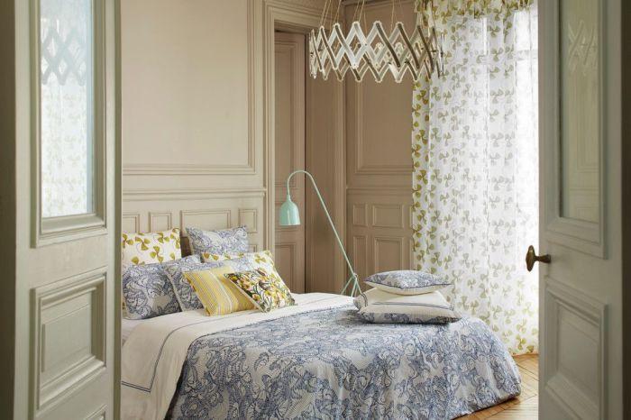 Легкие занавески с цветочным рисунком в спальне с прованским оттенком.