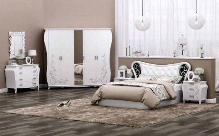 Элегантная светлая мебель для спальни.