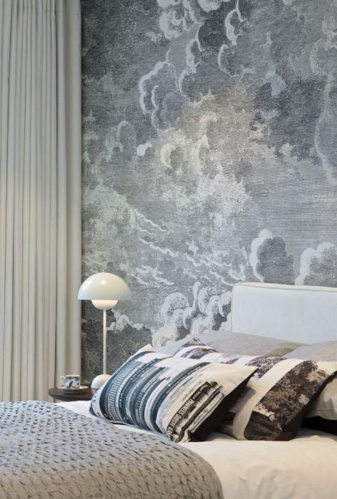 Серые шершавые обои идеально дополнят интерьер спальни.