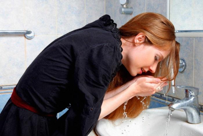 Чтобы освежиться, умывайтесь холодной водой. \ Фото: 80aaatpfbbbetkjejtegih.xn.