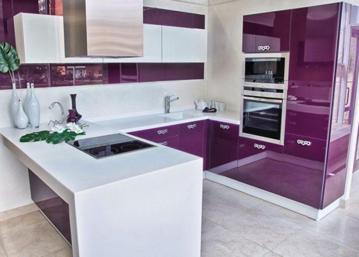 Кухня в стиле модерн подразумевает насыщенность красок.