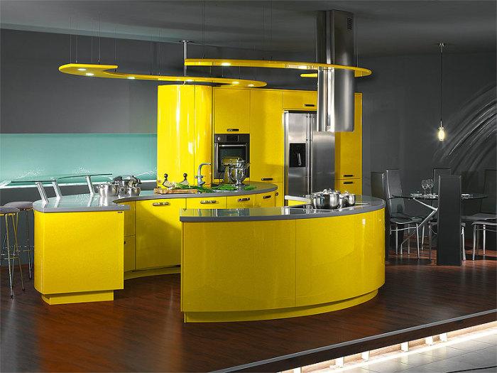 Тёмная кухня с яркой жёлтой мебелью.