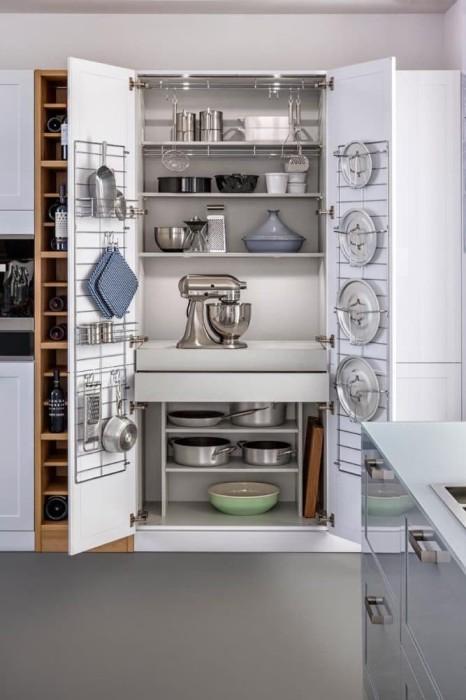 Обратная сторона дверцы шкафа подойдёт для хранения крышек, разделочных досок, сковородок и других относительно плоских предметов.