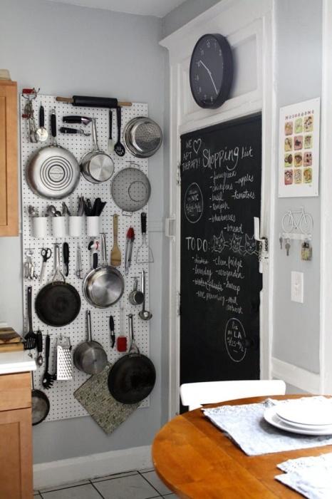При помощи магнитных полок-досок очень удобно хранить посуду.
