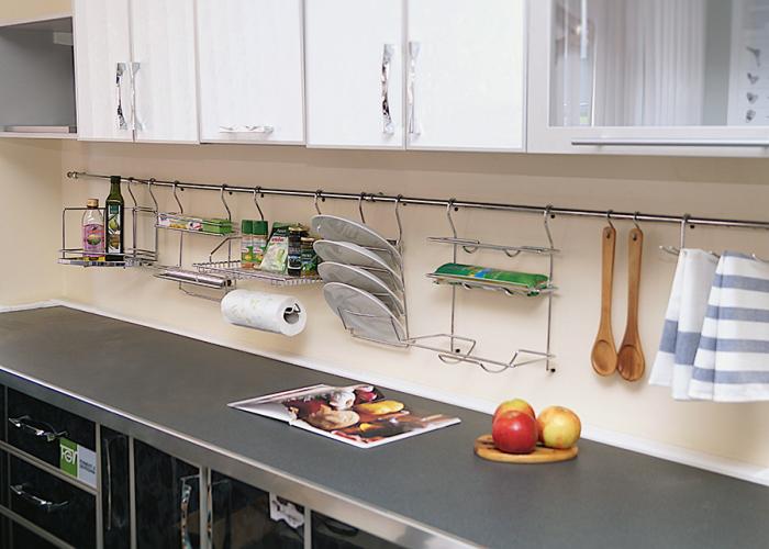 Рейлинги очень удобны для хранения подвесных предметов, применяемых в кухонном хозяйстве.