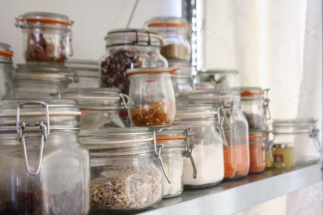 В таких банках можно хранить макароны, сыпучие продукты, конфеты, чай и кофе.