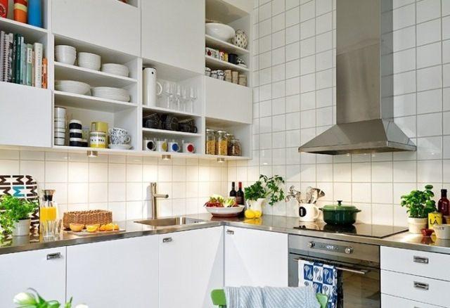 Если размеры кухни скромные, обратите внимание на пространство под потолком. Его можно заполнить дополнительными полочками или коробками и лотками для хранения всякой всячины.
