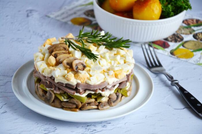 Салат с языком и грибами. \ Фото: pinterest.ch.