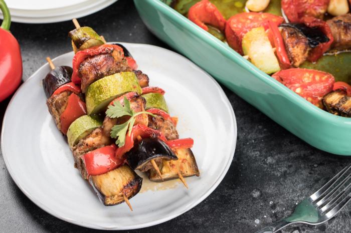 Кусочки куриного филе с овощами на шпажках. \ Фото: zira.uz.