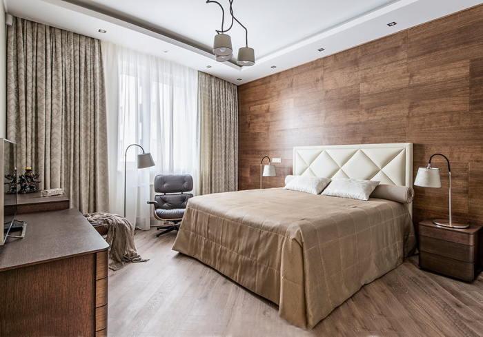 Стена цвета молочного шоколада прекрасно смотрится со светлой кроватью.