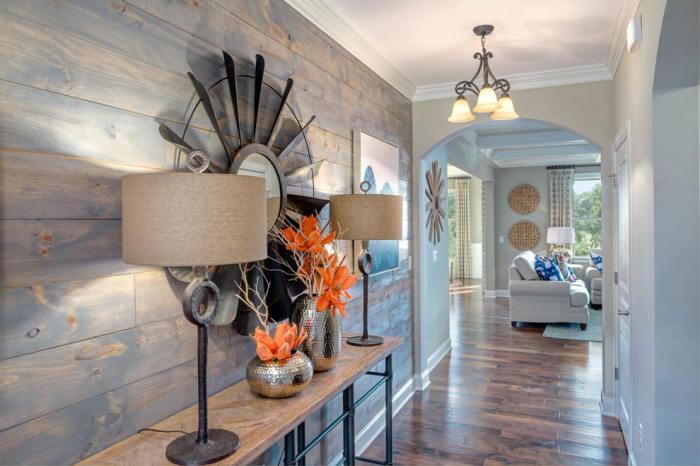 Серо-голубой ламинат с имитацией под дерево - прекрасно дополнит стену в прихожей.
