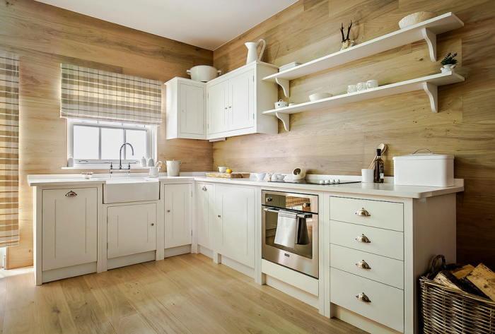 Светлый ламинат идеально смотрится не только на полу, а и на стенах в кухне.