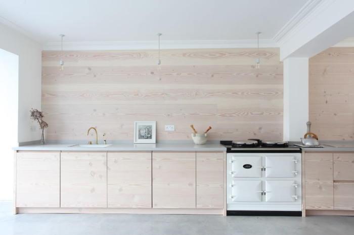 Ламинат с нежно розовым оттенком идеально дополнит кухню, визуально расширив помещение.