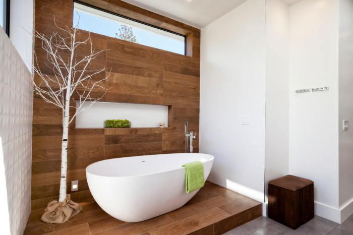 Дизайн ванной со стеной из ламината.