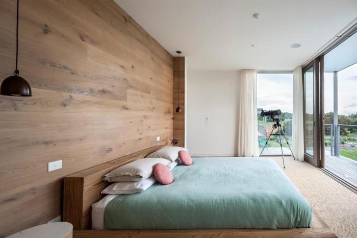 Ламинат на стене в спальне.