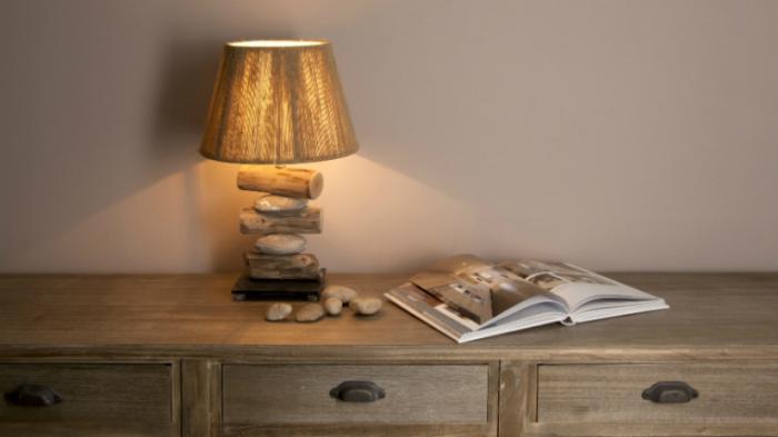 В современном мире такая лампа хорошо будет смотреться абсолютно в любом интерьере.