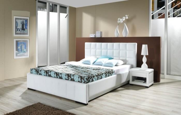 Цветовая палитра абажура подбирается в тон настенного покрытия или покрывала — всё зависит от хозяев спальной комнаты.