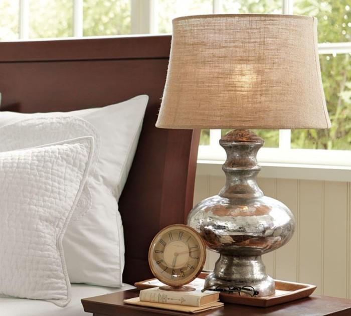 Добиться уютной атмосферы поможет светильник с абажуром.