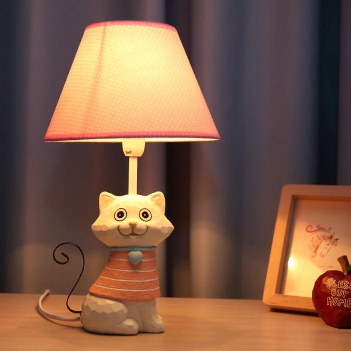 Детская настольная лампа должна быть с прочной конструкцией, таким же плафоном и надежным креплением.