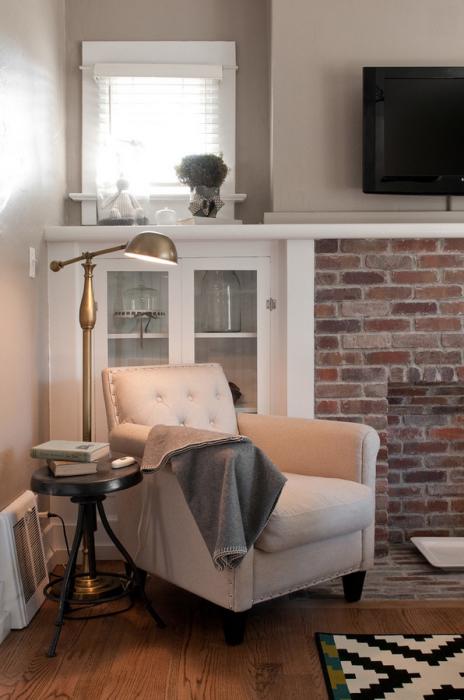 Но даже на тумбе у дивана или кровати она будет выглядеть хорошо, если правильно сочетать дизайн самой лампы с оформлением интерьера.
