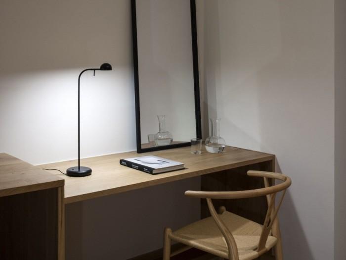 Такие настольные лампы с направленным светом чаще всего используют на письменных столах.