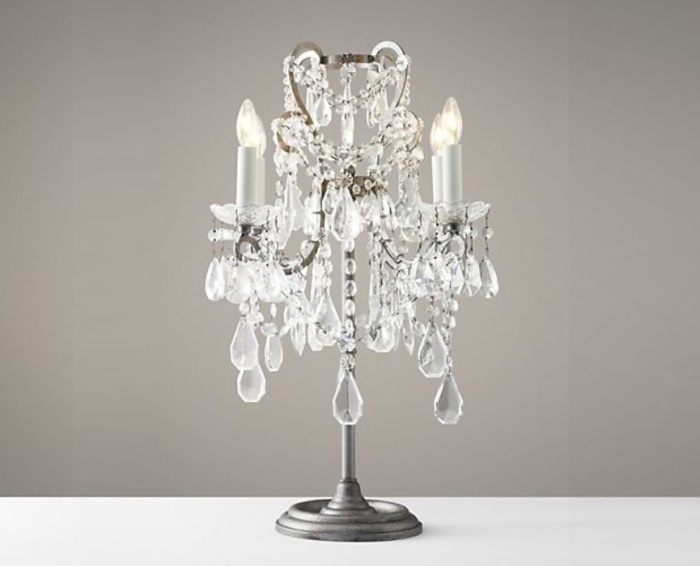 Настольные лампы, имитирующие настоящие свечи, не так распространены, как потолочные люстры с тем же эффектом.