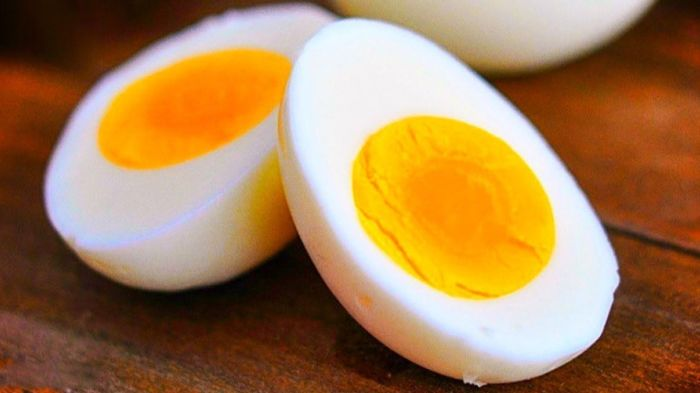 Нарезка яиц ножом. \ Фото: pinterest.com.