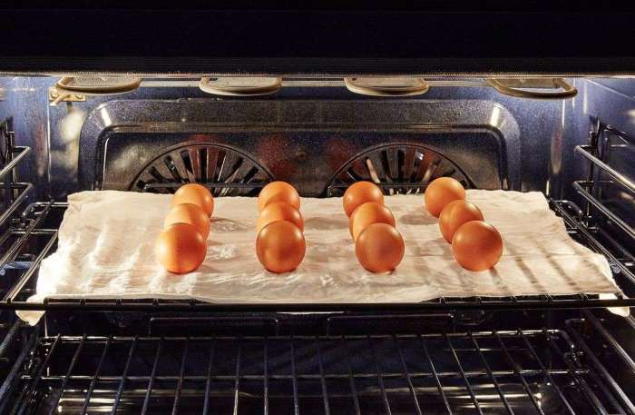 Варим яйца в духовке. \ Фото: cleangotemizlik.com.