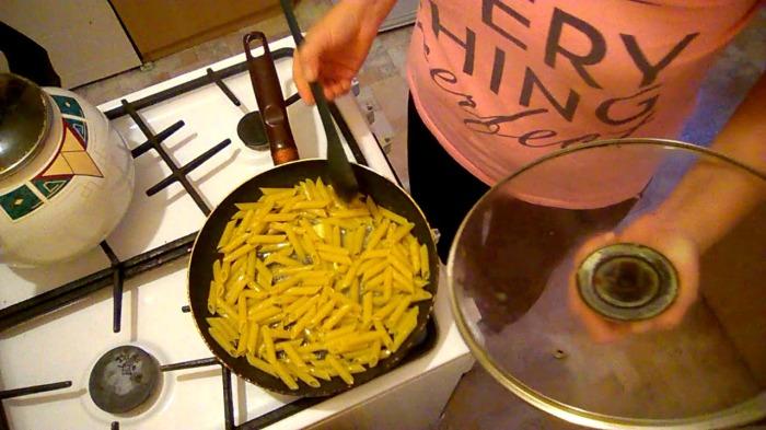 Варим спагетти или макароны в сковороде. \ Фото: youtube.com.