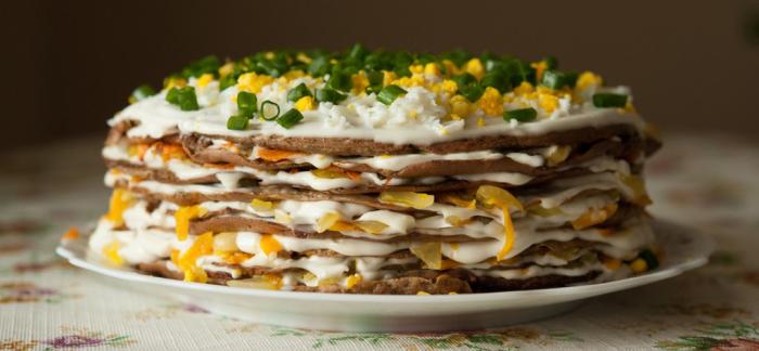 Печёночный торт с омлетом. \ Фото: yandex.ua.