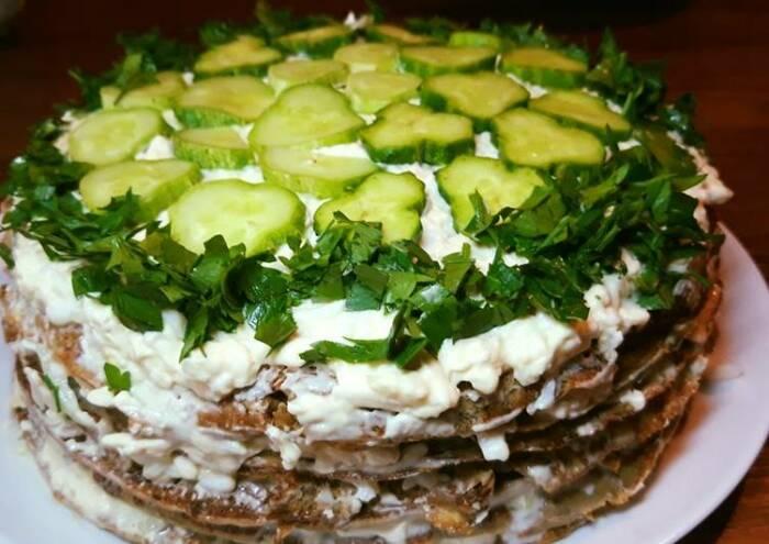 Печёночный торт с огурцом. \ Фото: cookpad.com.