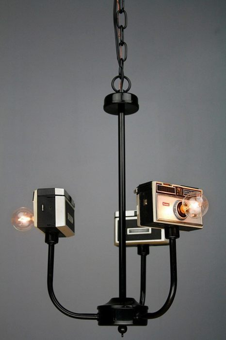 Старенькие фотоаппараты так же пригодятся для создания люстр.
