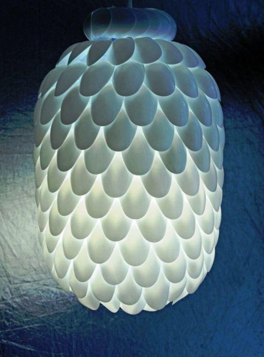 Симпатичная люстра из обычных пластмассовых ложек.