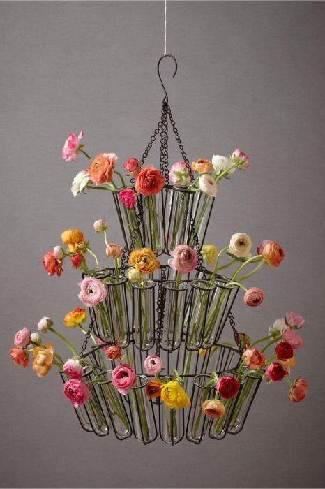 Стеклянные колбочки с живыми цветами.
