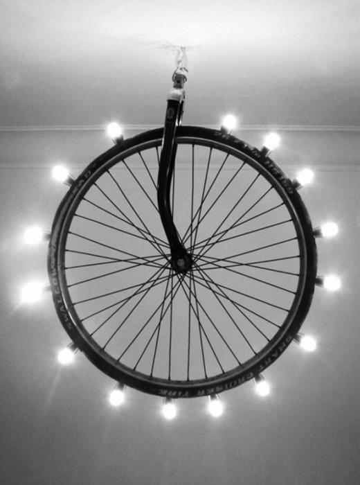 Люстра из старого велосипедного колеса.