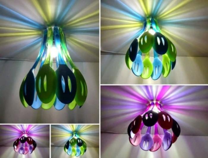 Люстра из разноцветных пластиковых ложек идеально подойдёт для декора дачного домика и не только.