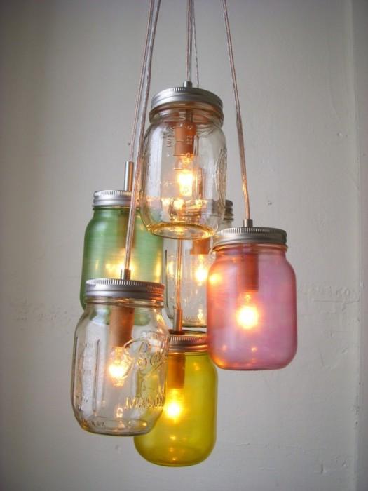 Креативная люстра из разноцветных стеклянных банок.