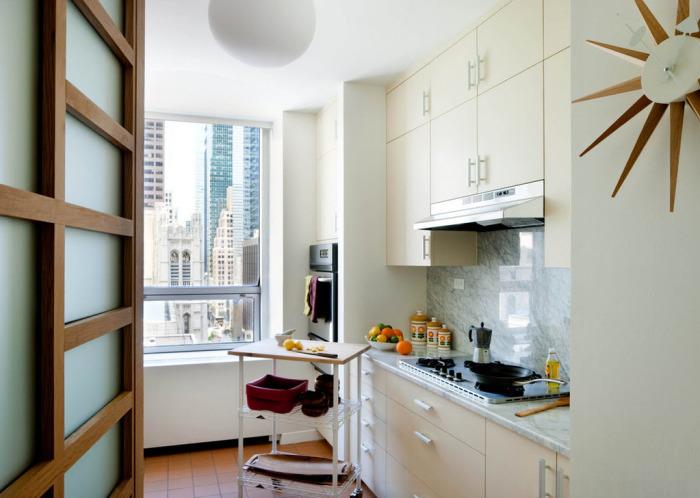 Также очень удобны и практичны в хозяйстве передвижные мини-столики в качестве дополнительной рабочей зоны.
