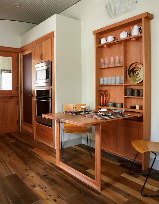 Многие отдают предпочтение складным или раздвижным столам. Это очень практично, ведь когда на кухне обедают 2-3 человека, компактного столика вполне достаточно.