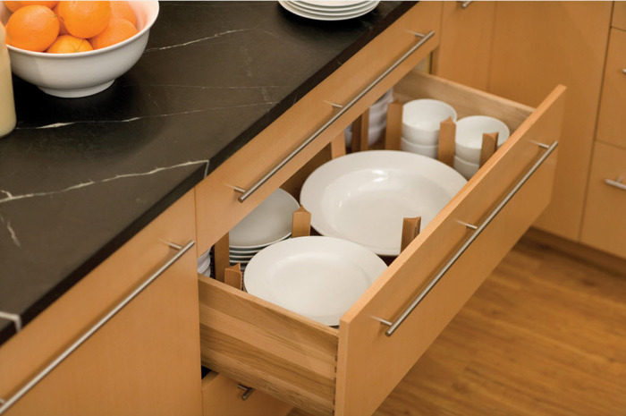 Шкаф для хранения различных тарелок.