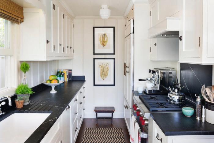 Разбавьте монохромный кухонный интерьер небольшим цветочным горшком с симпатичным растением.